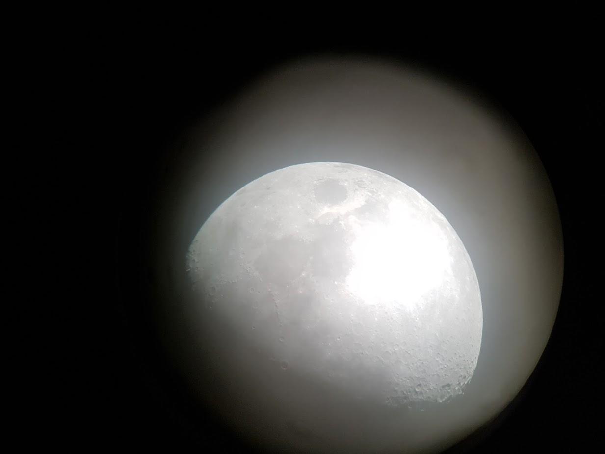 Permukaan bulan dilihat dari teleskop besar di Umeda Sky Building