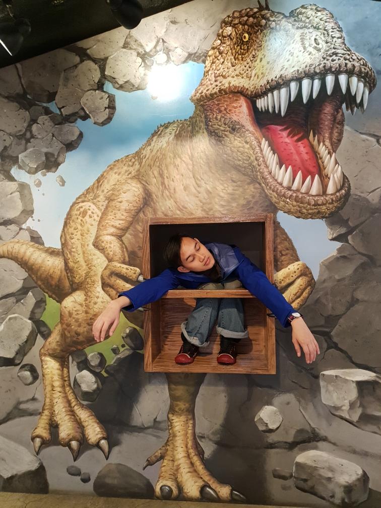 Mr Hamburger ditawan dinosaurus!
