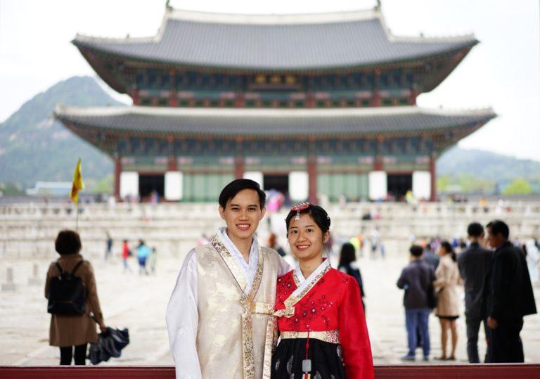 Pake hanbok bisa masuk gratis ke palace!