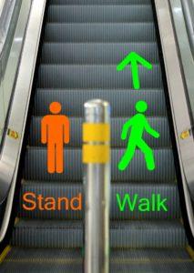 Menggunakan eskalator di Singapura