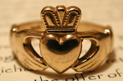 Claddagh Ring yang melambangkan Love, Friendship, dan Loyalty
